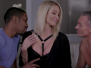 Hoggish blonde Jessica Drake gets intimate with two lovers elbow burnish apply same time