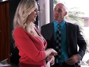 Dominate secretary Julia Ann drops on her knees upon please her boss